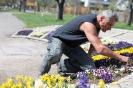 2015-04-15 Stadtgärtner beim Blumen setzen